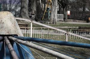 attractions abandonnées dans le parc pendant la quarantaine photo