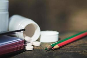 pilules blanches se trouvent sur un vieux banc photo