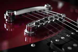 Gros plan de guitare électrique rouge sur fond noir photo