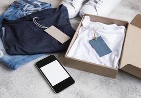 vêtements dans une boîte en carton ouverte photo