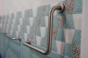 Gérer la sécurité dans la salle de bains des toilettes à l'hôpital infirmier pour le patient photo