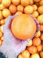 mandarine ou fruit orange à la main photo