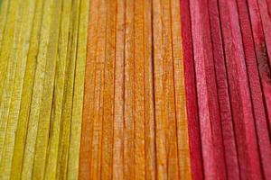 décoration de bâtons en bois colorés photo