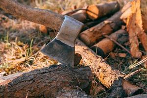 bois de chauffage et hache en bois photo
