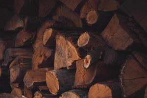 une pile de bois de chauffage battu et empilé photo