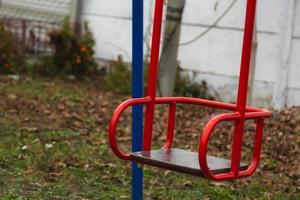 balançoire pour enfants rouge vide photo