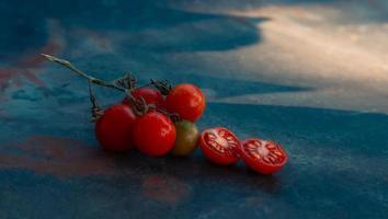 tomates cerises mixtes un jour d'été photo