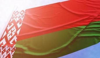 drapeau biélorussie sur le ciel bleu photo