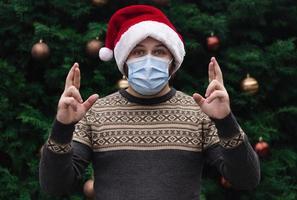 tenant les doigts croisés pour bonne chance à Noël photo