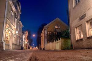 rue piétonne de vadstena la nuit. Suède, décembre 2017 photo