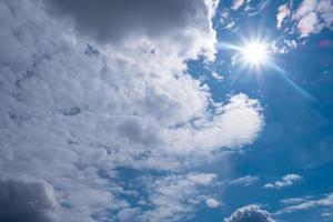 soleil blanc avec des nuages sur le ciel bleu photo