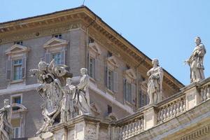 Fenêtres de la chambre du pape au Vatican en Italie photo