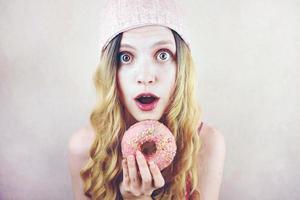 drôle de jeune femme avec un beignet photo
