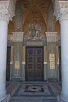 Belle entrée de l'église sur l'île de Zakynthos en Grèce photo