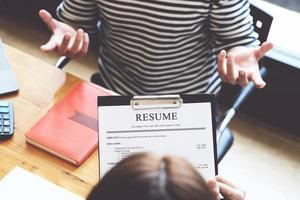 Document de résumé avec discussion hr entretien d'embauche avec les réponses des femmes postulant à un emploi photo