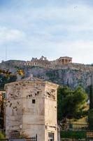 Tour des dieux du vent dans l'agora romaine et l'acropole en arrière-plan photo