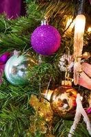 Sapin de Noël décoré dans un gros plan thème violet photo