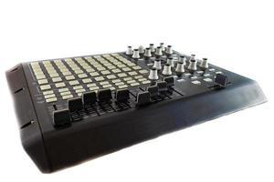 Bureau contrôleur de studio pour la production de musique électronique et le mixage de musique sur fond blanc photo