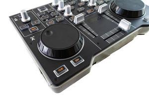 Table de mixage de contrôle dj portable sur fond blanc photo