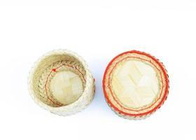 Panier en bambou de riz kratip fait maison thaï pour garder le riz gluant sur fond blanc au-dessus photo
