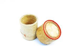 Panier en bambou de riz kratip de thai fait maison pour garder le riz gluant sur fond blanc photo