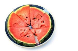 Fruits de pastèque fraîche dans un plat sur fond blanc photo