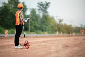 Ingénieur en construction supervisant les travaux sur le chantier photo