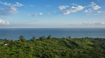 paysage marin avec vue sur la côte verte photo