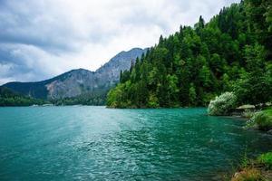 paysage naturel avec vue sur le lac ritsa photo