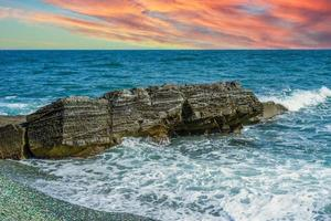 paysage marin avec un beau coucher de soleil rose photo