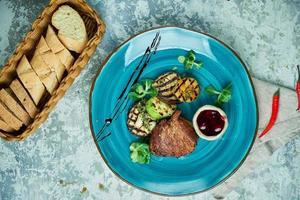 steak aux légumes du barbecue et sauce aux loganberry photo