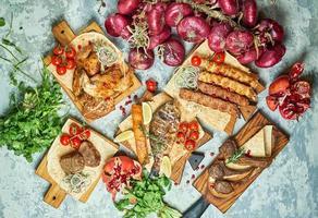 Assiettes de viande avec barbecue et vue de dessus de kebab sur fond gris photo