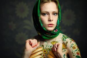 Style de fille de poupée russe gigogne dans un anneaux de pain photo