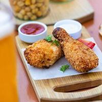 repas de poulet frit avec bière et sauce photo
