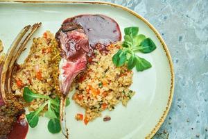 Côtelettes d'agneau grillées et risotto sur une assiette photo