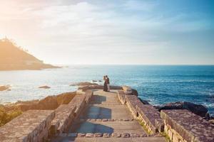 jeune couple, profiter du temps ensemble près de la mer photo