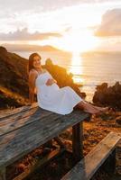 femme enceinte contre un paysage océanique photo