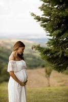jeune femme enceinte sur le terrain photo