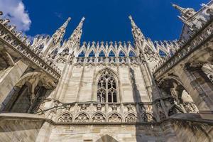 Terrasses sur les toits du Duomo de Milan en Italie photo