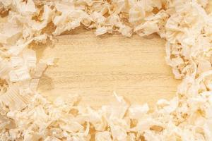 Fond de menuiserie ou de travail du bois avec cadre de bordure espace copie de copeaux de bois sur table en bois photo