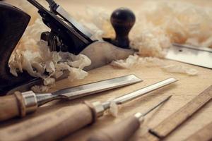 Outils de menuiserie et copeaux de bois sur la table de l'artisanat du bois et du concept de travail manuel photo