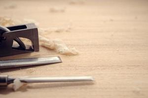 Fond de menuiserie ou de travail du bois avec copie espace outils de menuiserie et copeaux de bois sur une table photo