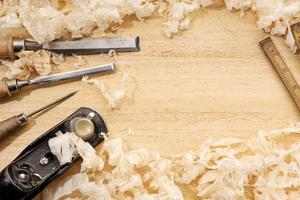 Fond de menuiserie ou de travail du bois avec copie espace vieux outils de menuiserie et copeaux de bois sur un établi photo