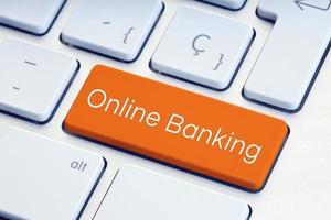 Mot de la banque en ligne sur la touche d'ordinateur orange photo