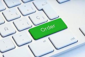 Mot de commande sur la touche du clavier vert achats en ligne et concept d'achat photo