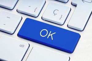 mot ok sur la touche du clavier de l'ordinateur bleu photo
