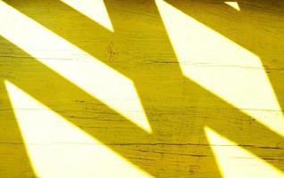 surface en bois blanche et brune avec un soleil éclatant photo