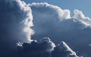 nuages gonflés blancs et ciel bleu pendant la journée photo