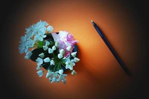 bouquet de fleurs violettes et blanches photo
