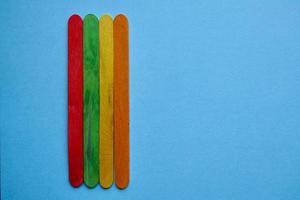décoration de baguettes en bois colorées photo